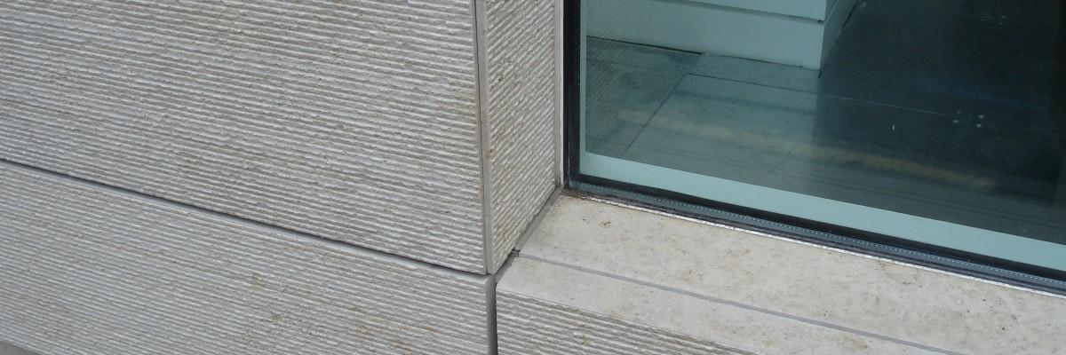 detalle de fachada con solnhofen sabbia