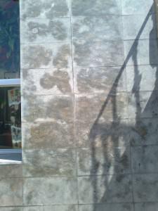 Piedra con decoloración extrema